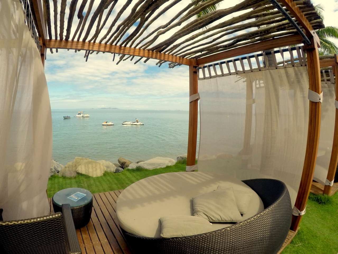 One Of The More Modern Denarau Hotels Radisson Is On Prime Beachfront Overlooking Mamanuca Islands A Family Orientated Hotel