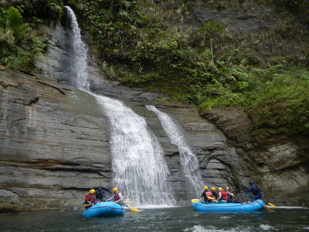 Rivers fiji white water river rafting upper navau river for Rainwater falls massage